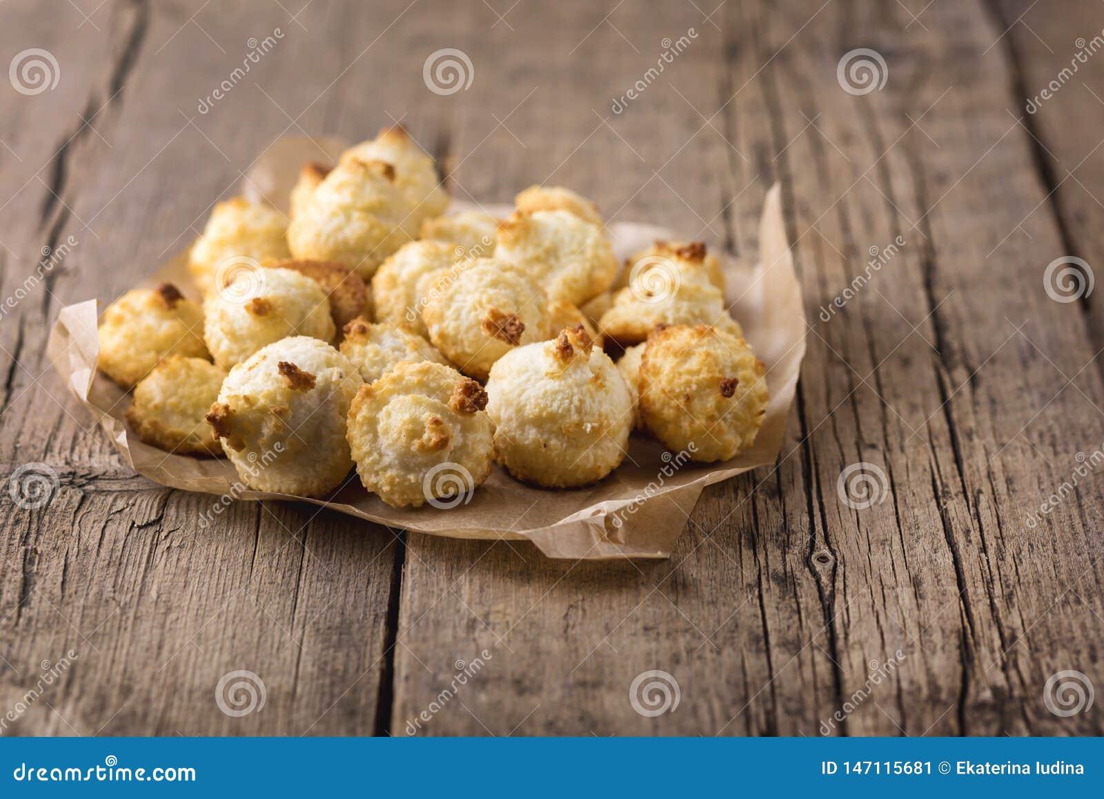 Grupo de cookies doces do coco em cookies caseiros do coco da sobremesa saboroso horizontal de madeira velha do coco do espaço da
