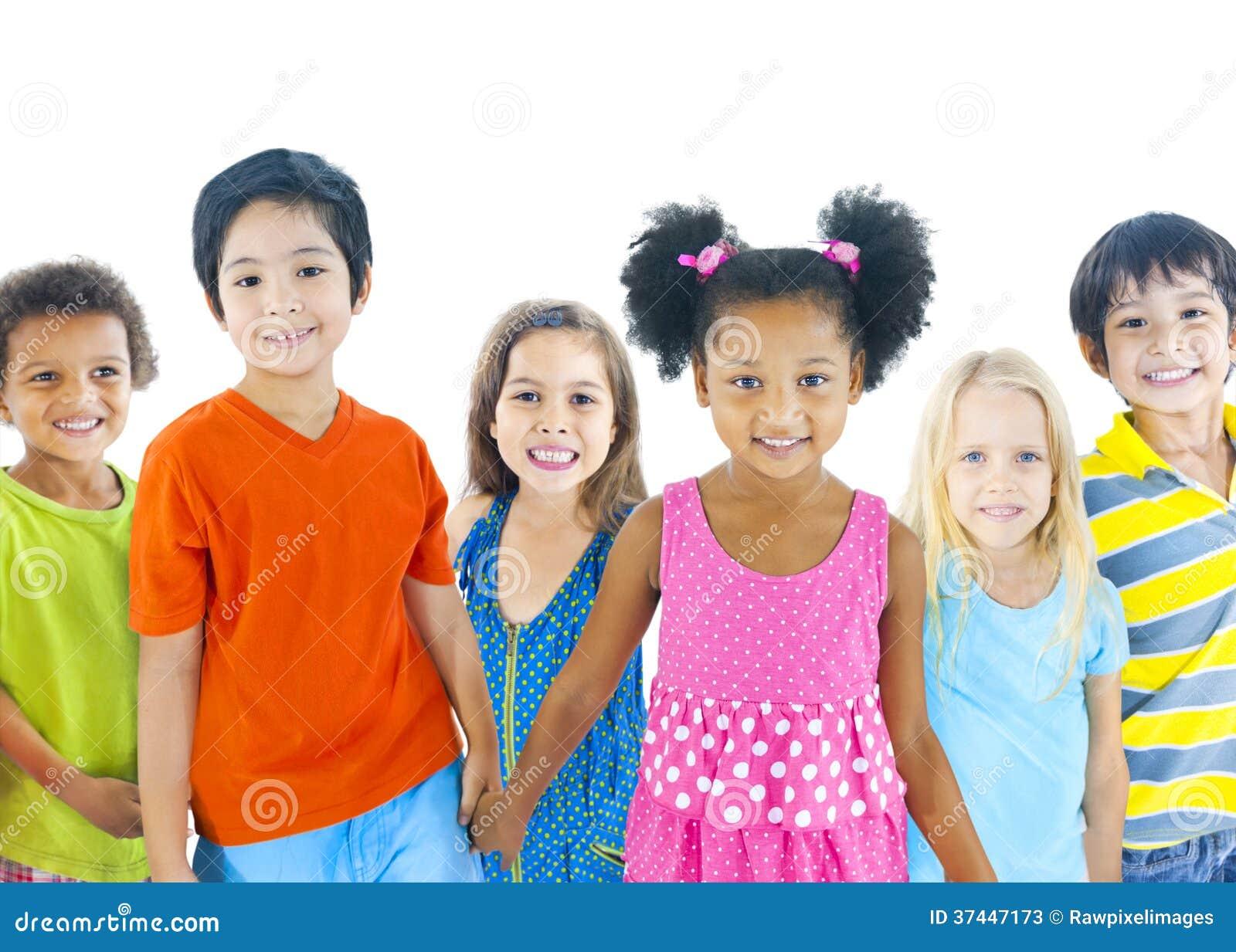 Grupo de crianças diversas no fundo branco