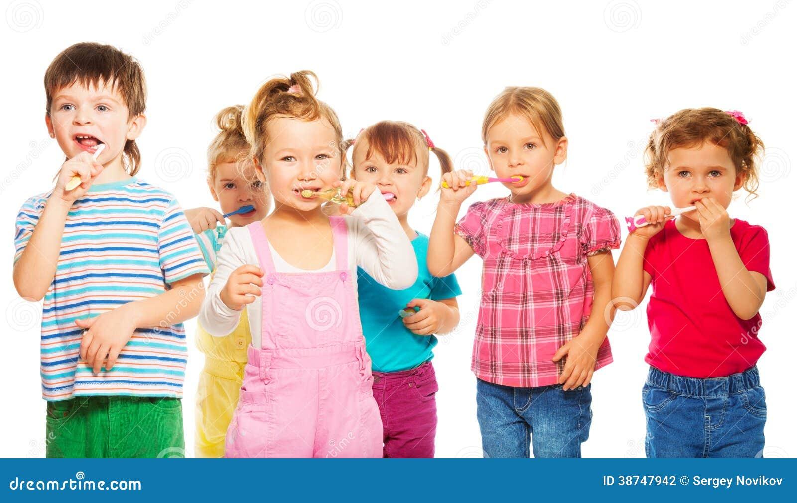 Grupo de crianças que escovam seus dentes