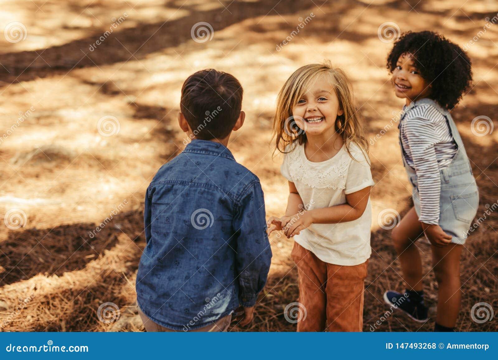 Grupo de crianças que jogam na floresta