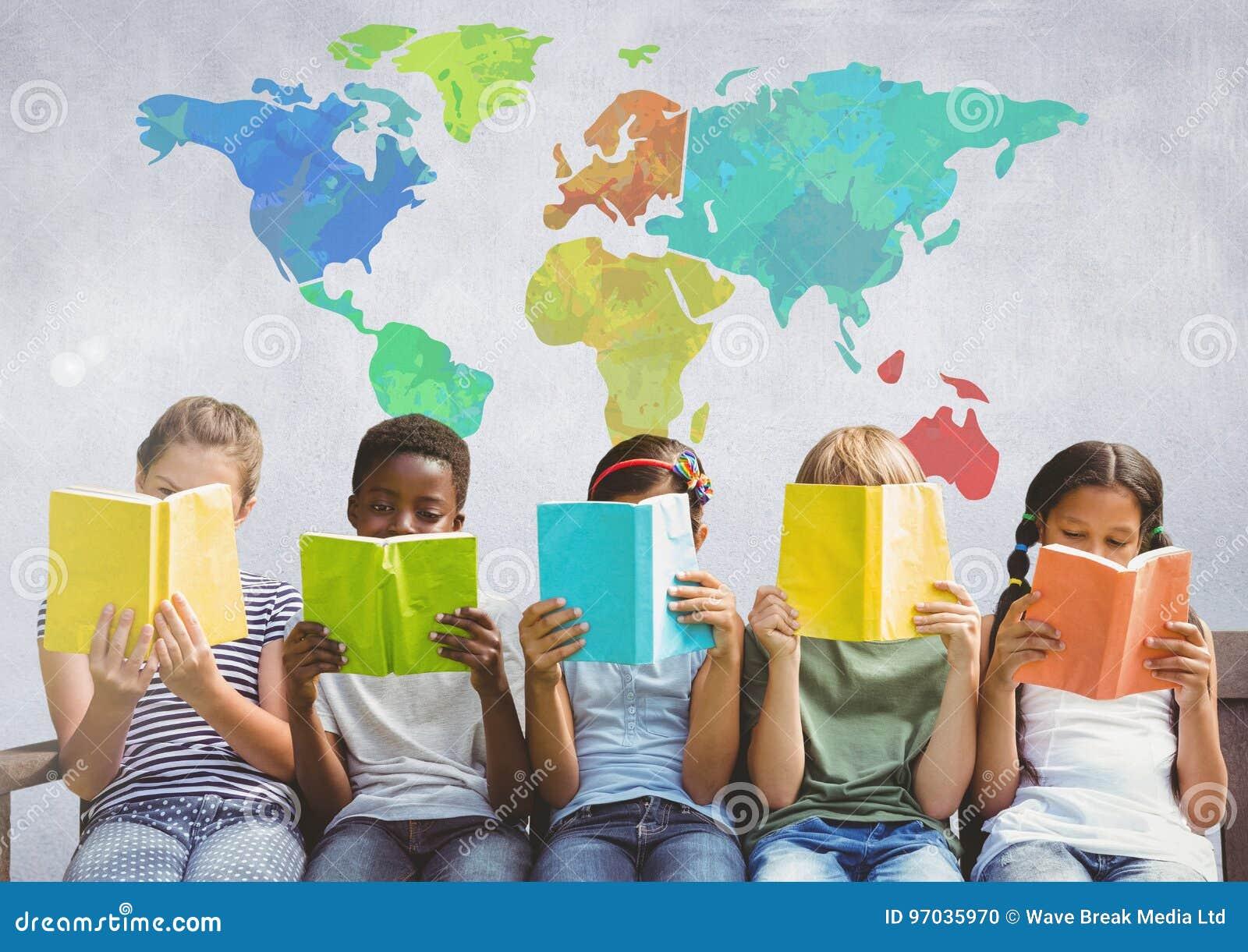 Grupo de crianças que sentam-se e que leem na frente do mapa do mundo colorido