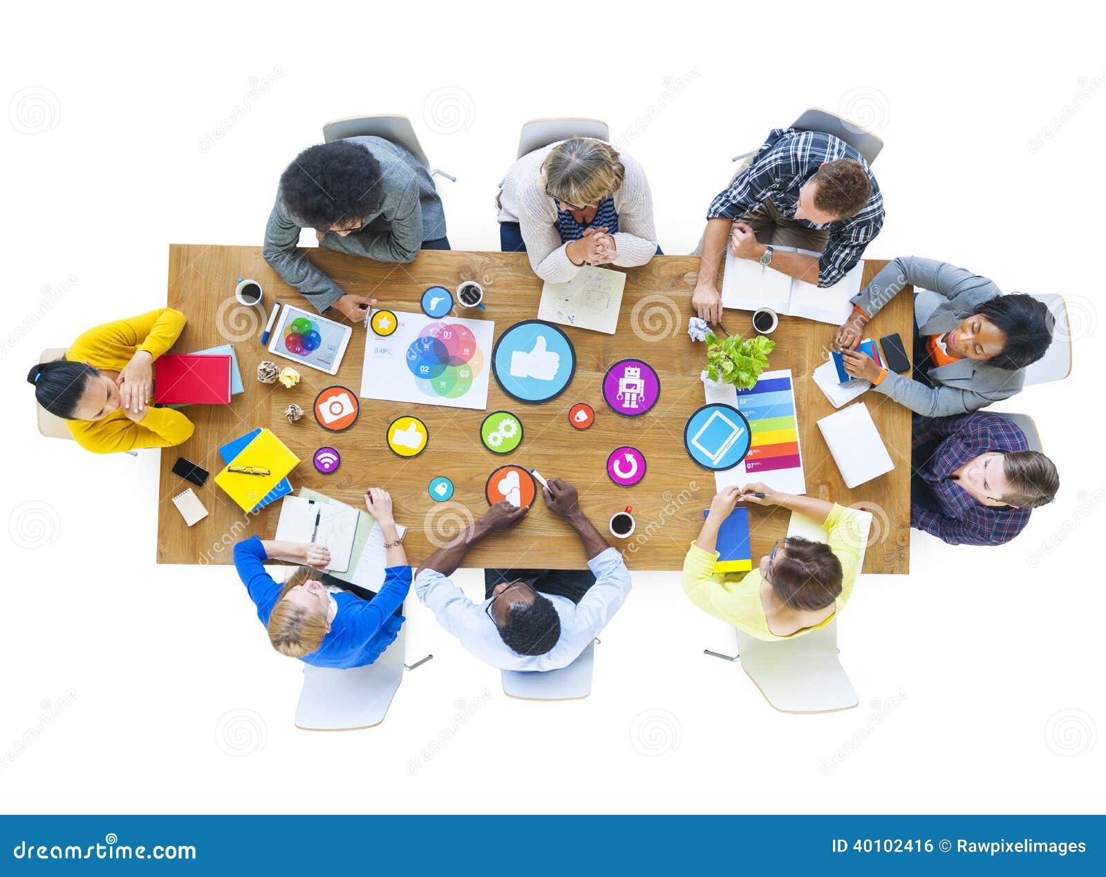 Grupo de desenhistas multi-étnicos que encontram meios sociais