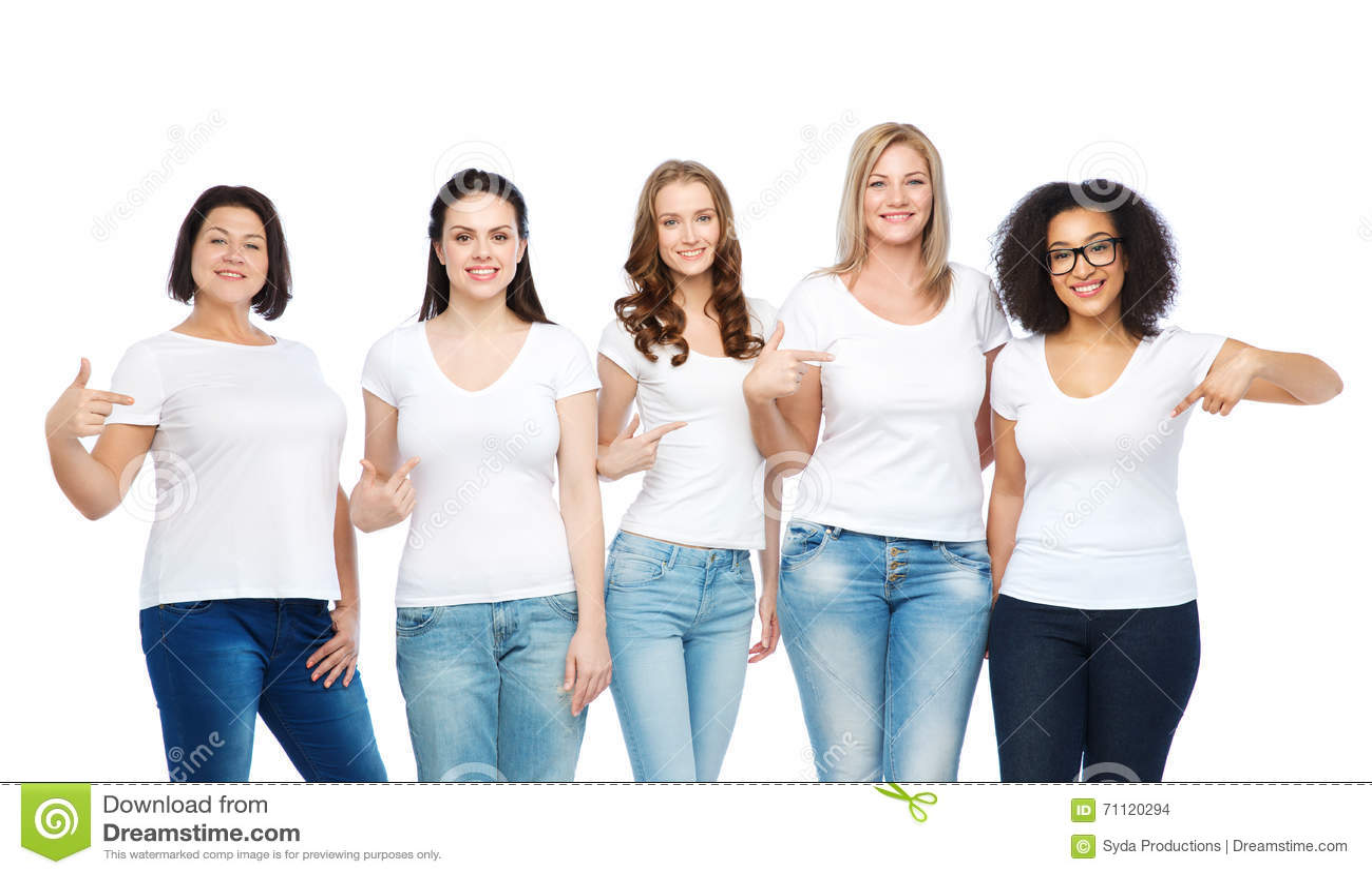 24dc61fb31f Amistad, positivo diverso, del cuerpo y concepto de la gente - grupo de  diversas tallas de mujeres felices en las camisetas blancas que señalan el  finger a ...