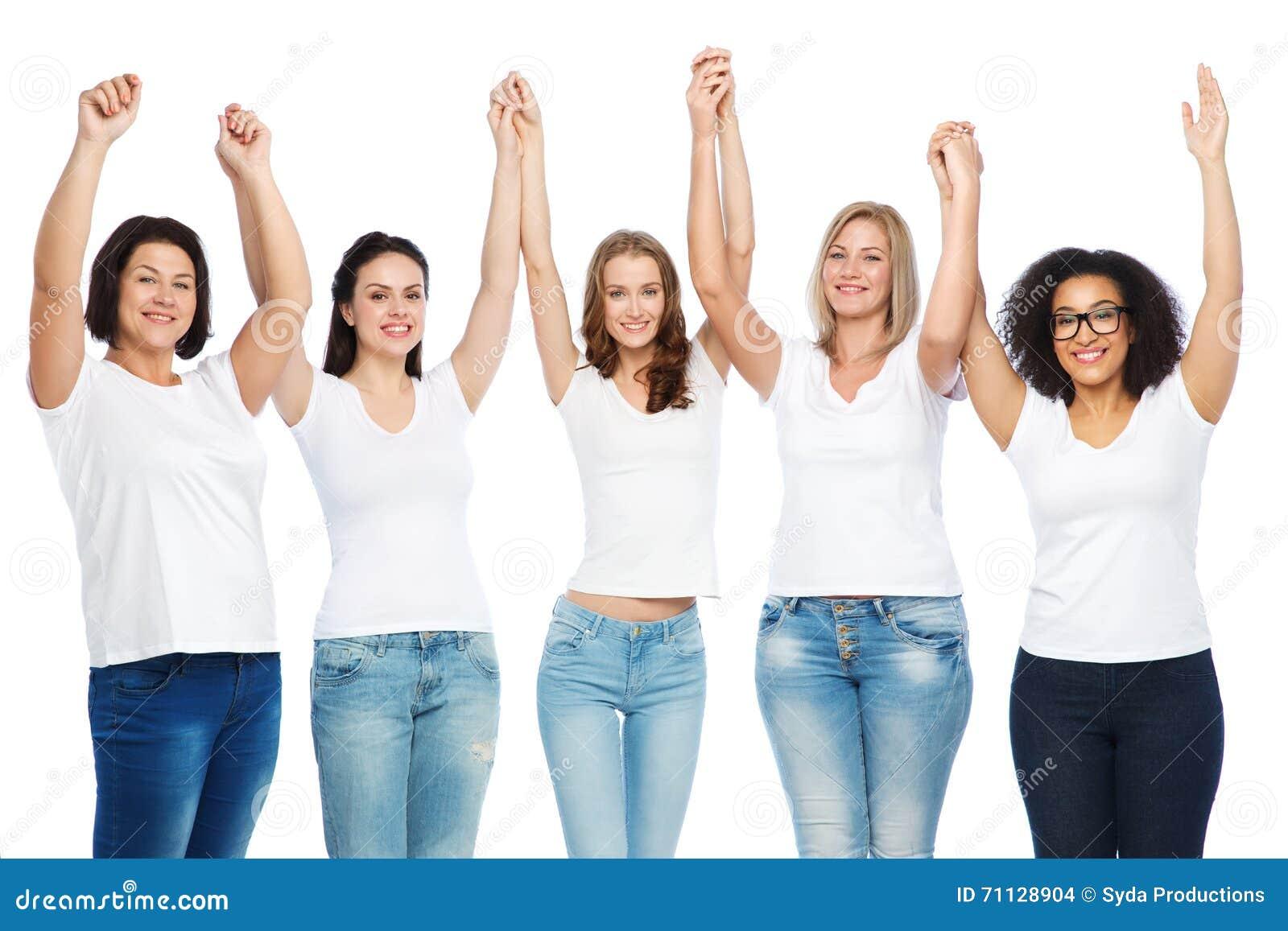 b203cafcd68 Amistad, positivo diverso, del cuerpo y concepto de la gente - grupo de  diversas tallas de mujeres felices en las camisetas blancas que levantan  las manos