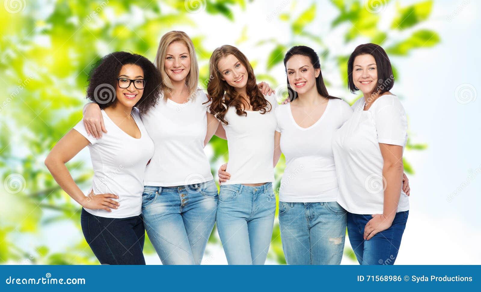 e68f5680d72 Amistad, positivo diverso, del cuerpo y concepto de la gente - grupo de  diversas tallas de mujeres felices en las camisetas blancas que abrazan  sobre fondo ...