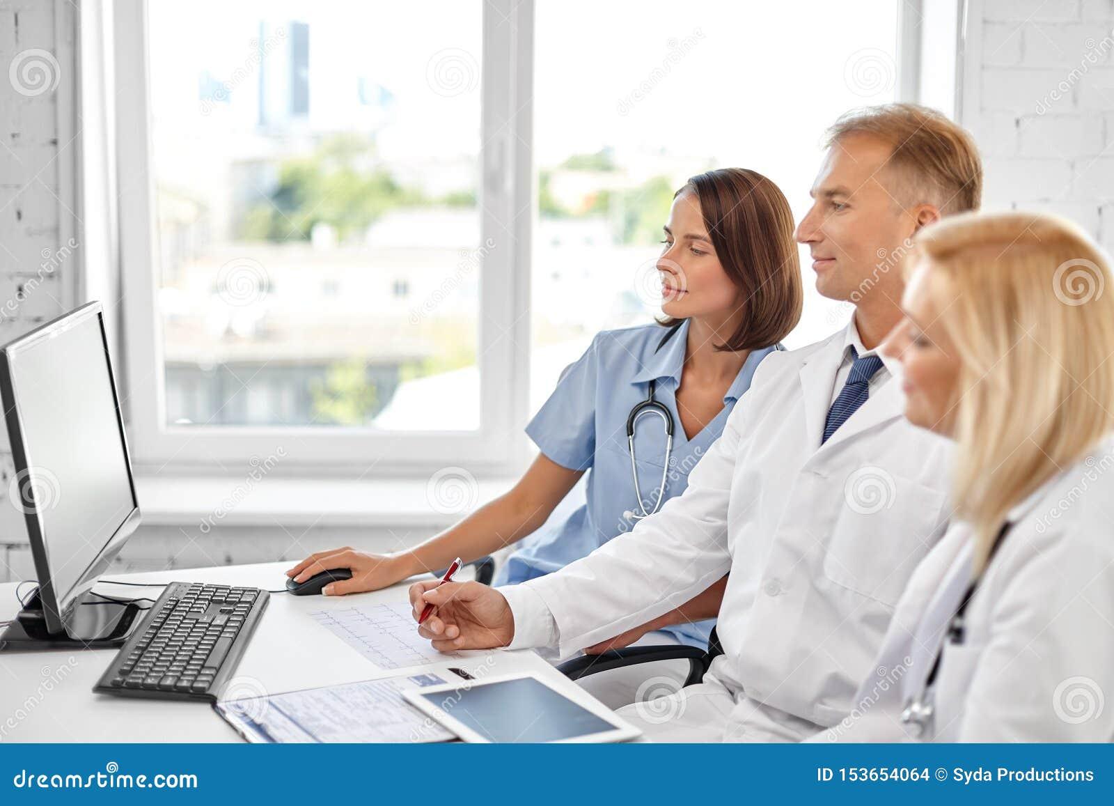 Grupo de doctores con el ordenador en el hospital