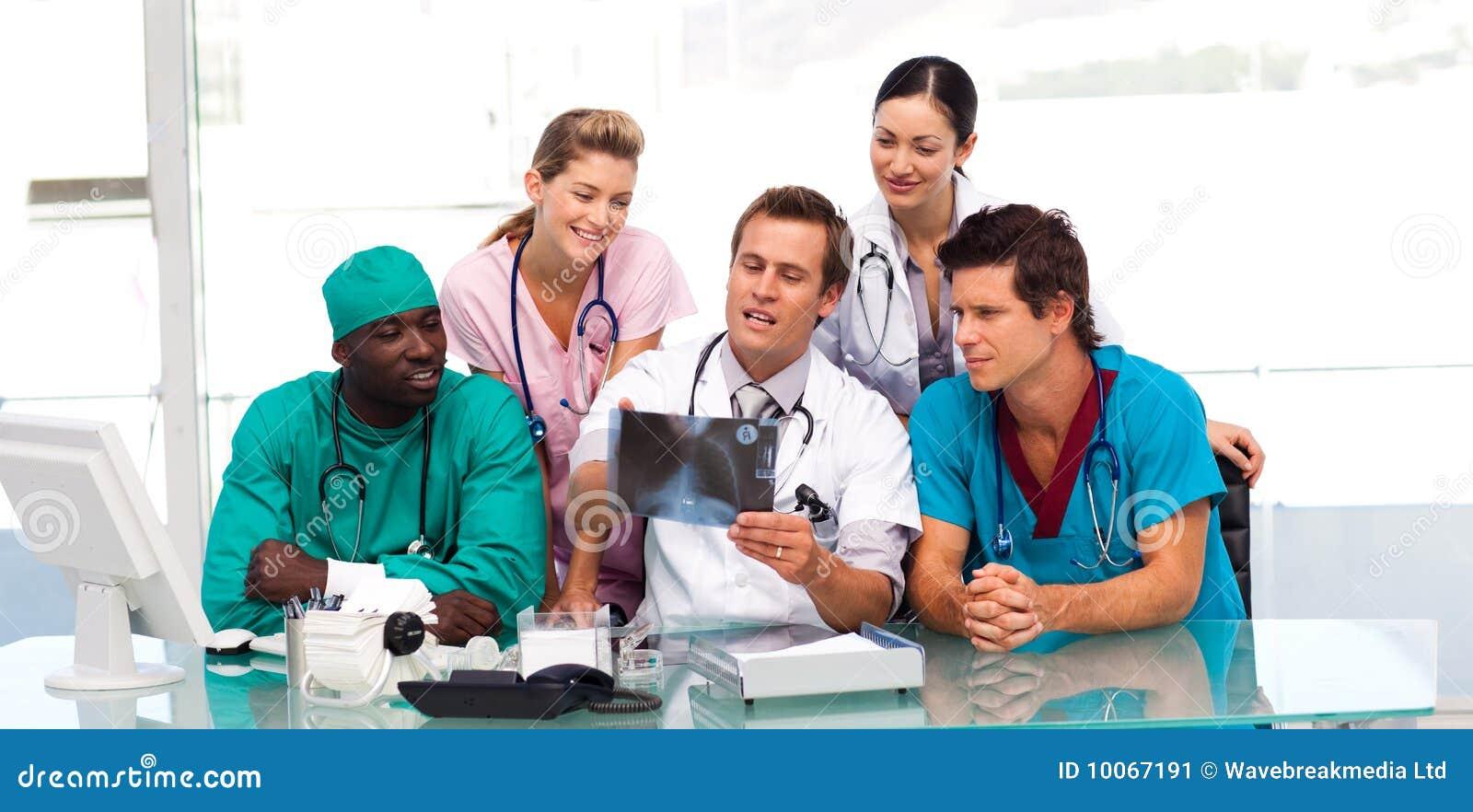 Grupo de doutores que examinam um raio X