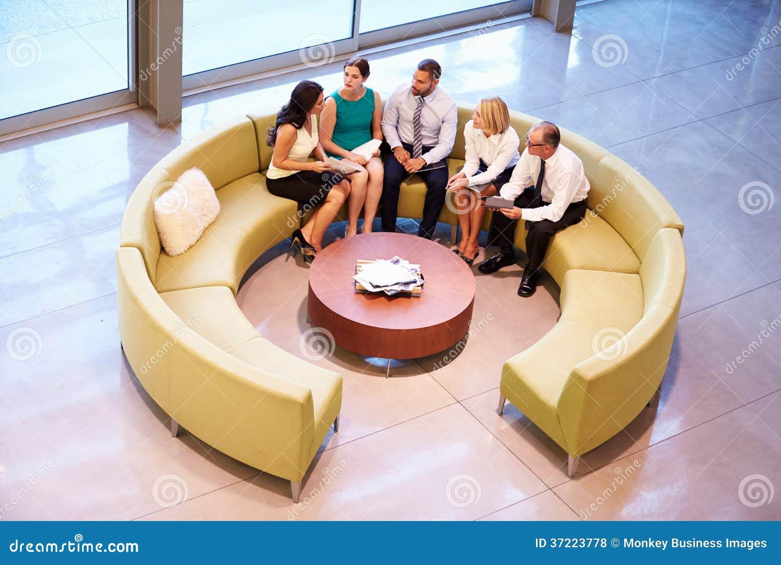 Grupo de empresários que têm a reunião na entrada do escritório