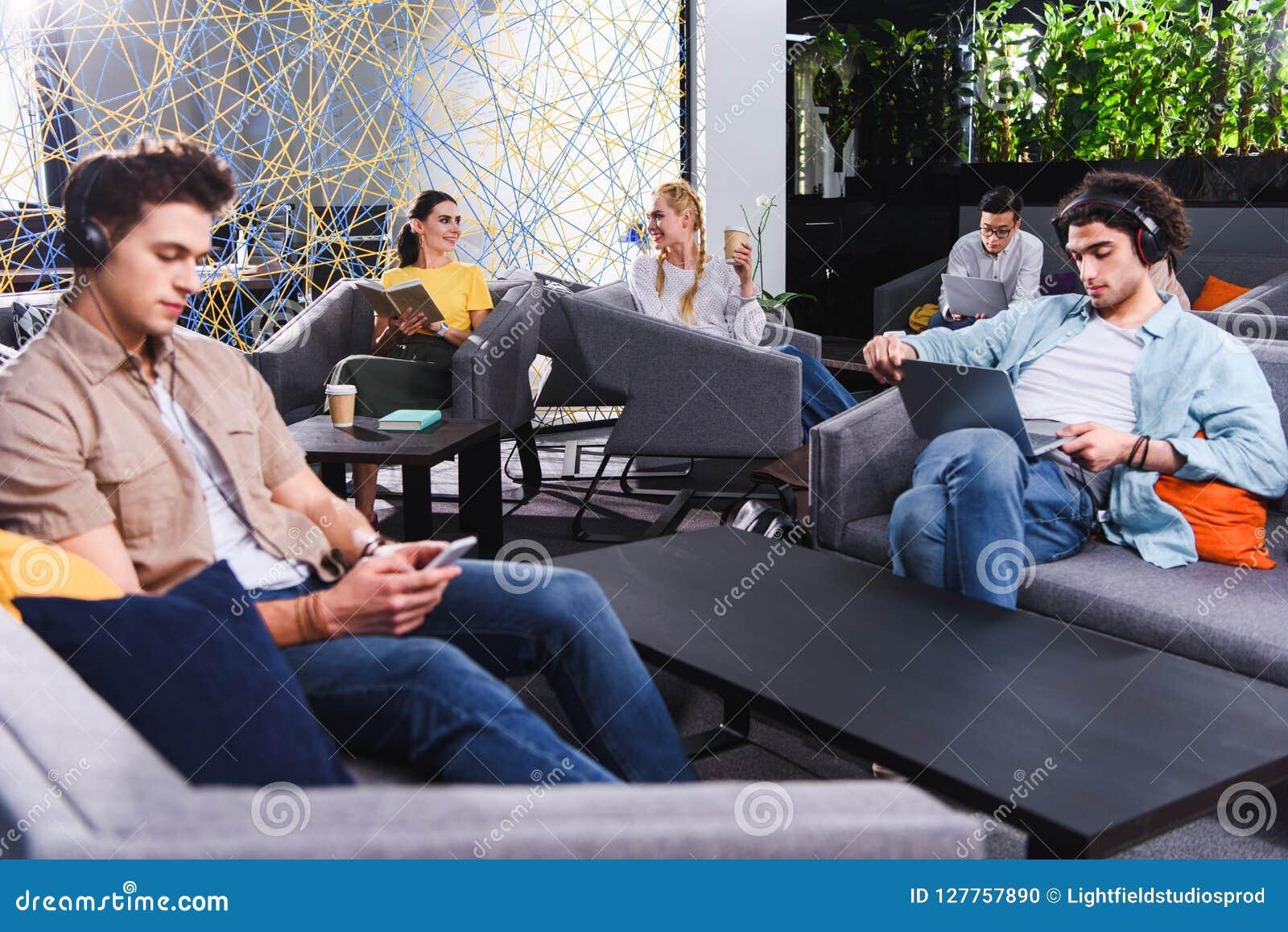 Grupo de empresarios multiculturales que trabajan en coworking moderno
