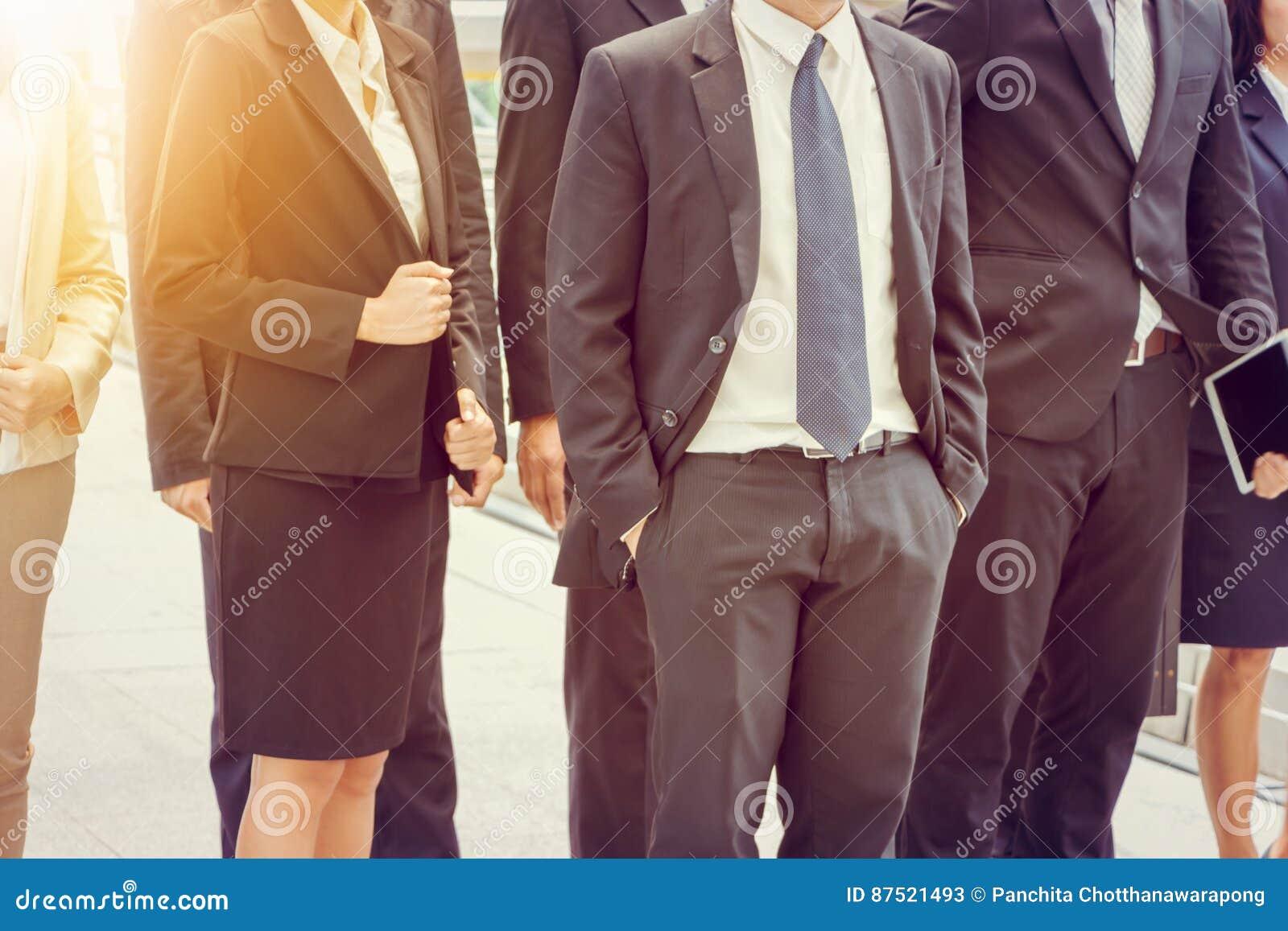 Grupo de equipe nova feliz do negócio, executivos que andam o escritório exterior junto, trabalhos de equipa do sucesso