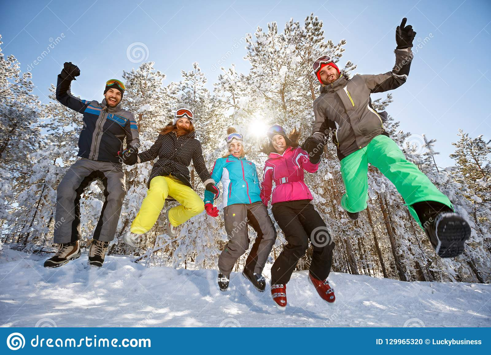 Grupo de esquiadores en salto