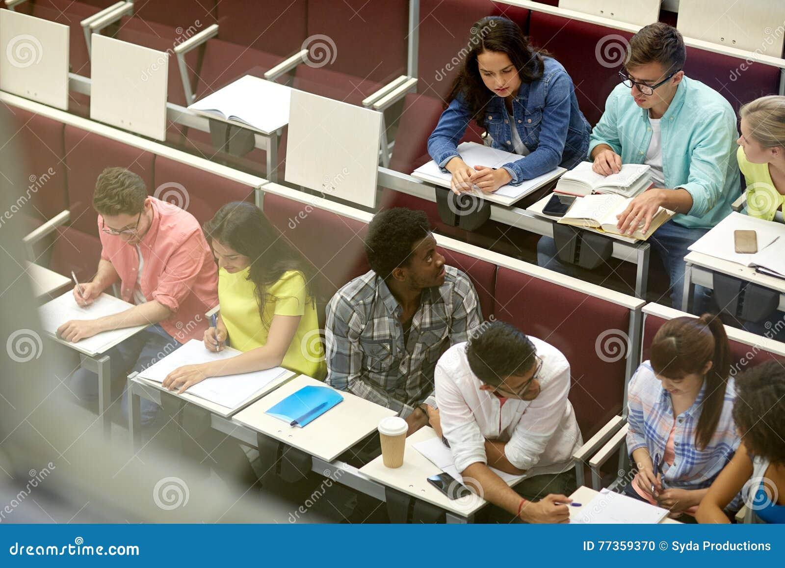 Grupo de estudantes com os cadernos no salão de leitura