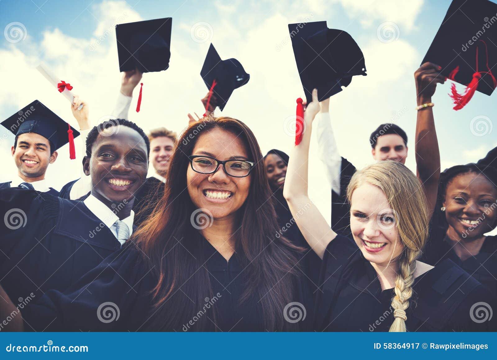 Grupo de estudantes diversos que comemoram o conceito da graduação