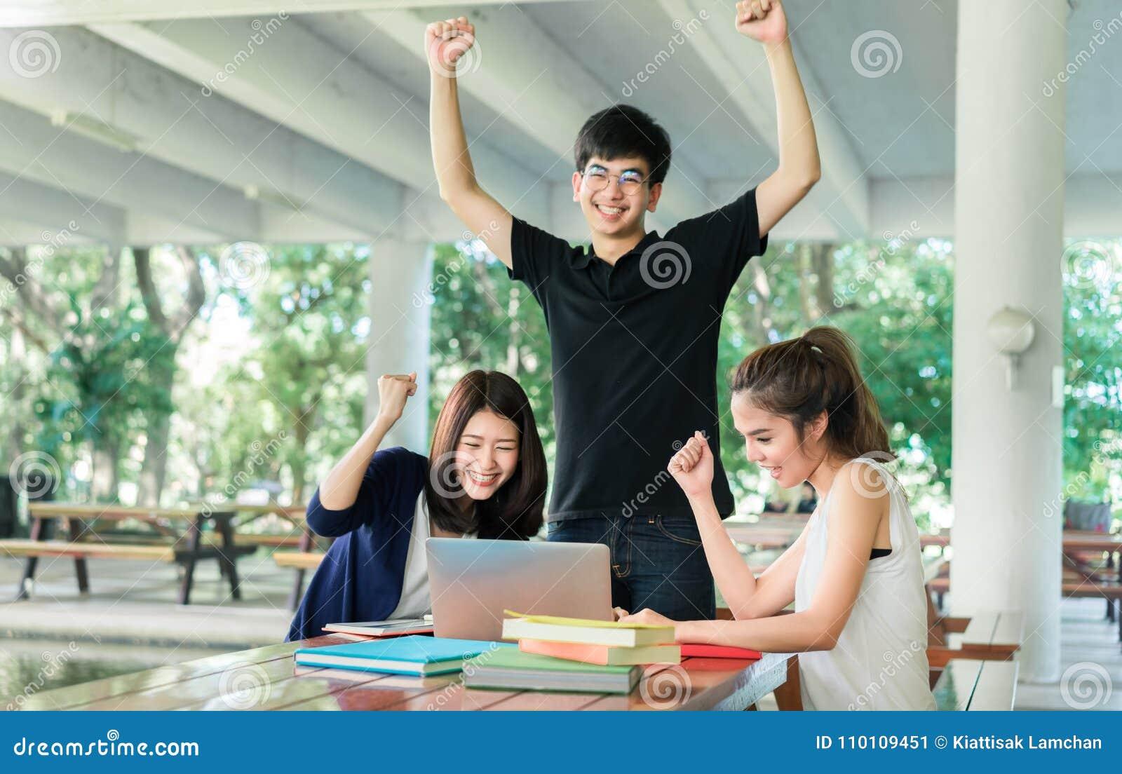 Grupo de estudantes novo completo, livro de leitura do revestimento na sala de aula