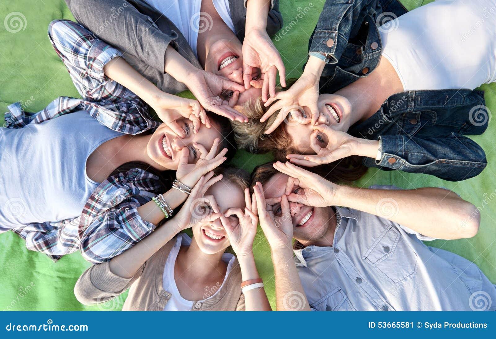 Grupo de estudantes ou de adolescentes que encontram-se no círculo