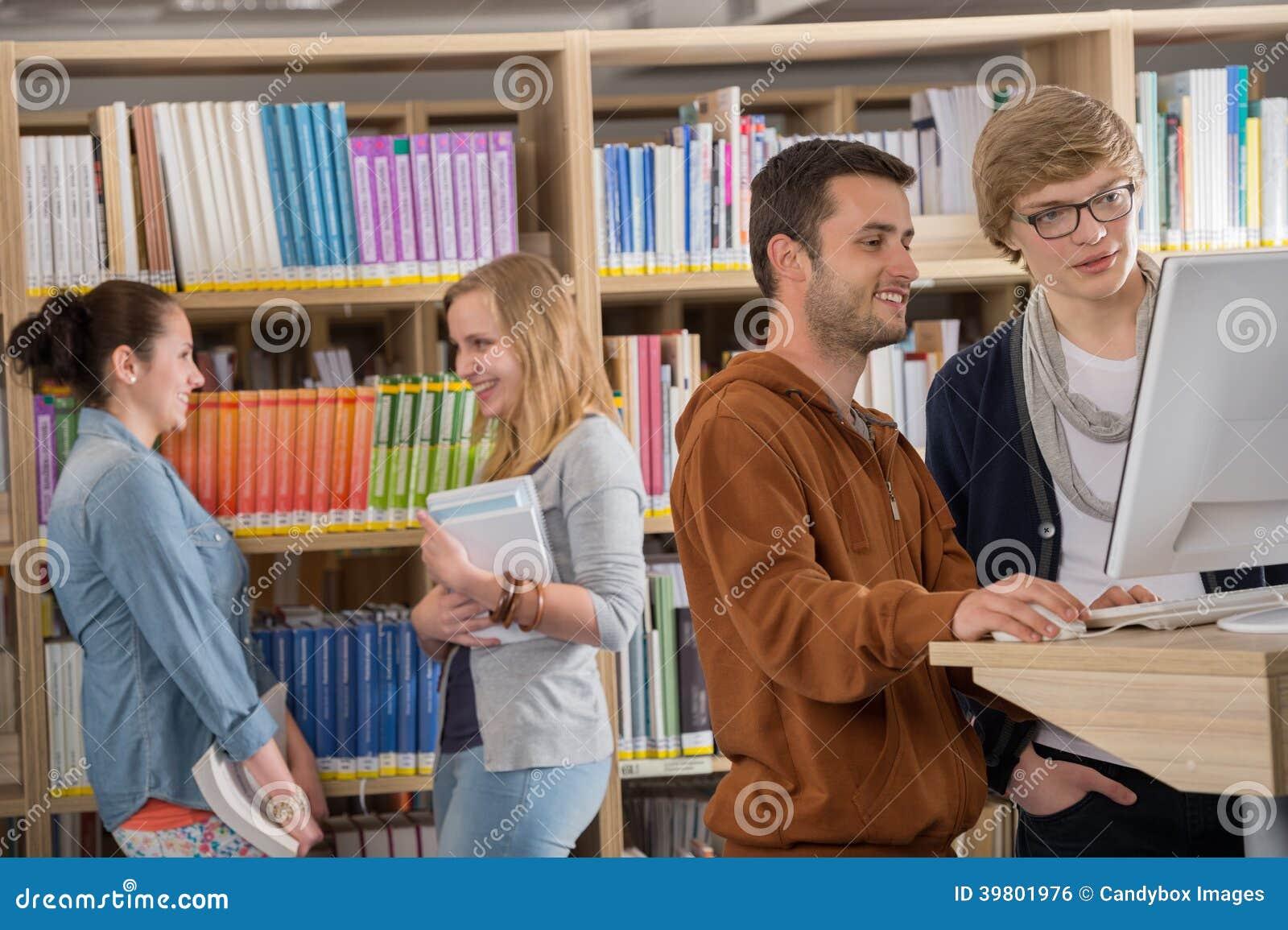 Grupo de estudantes que discutem na biblioteca