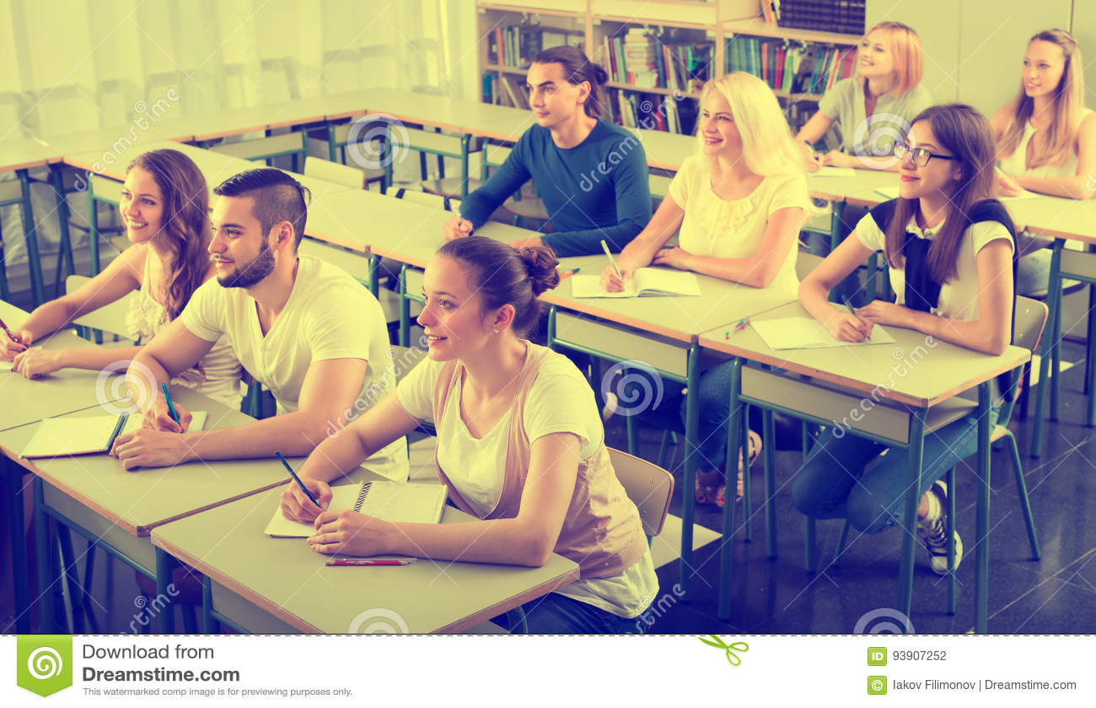 Grupo de estudantes universitário na sala de aula