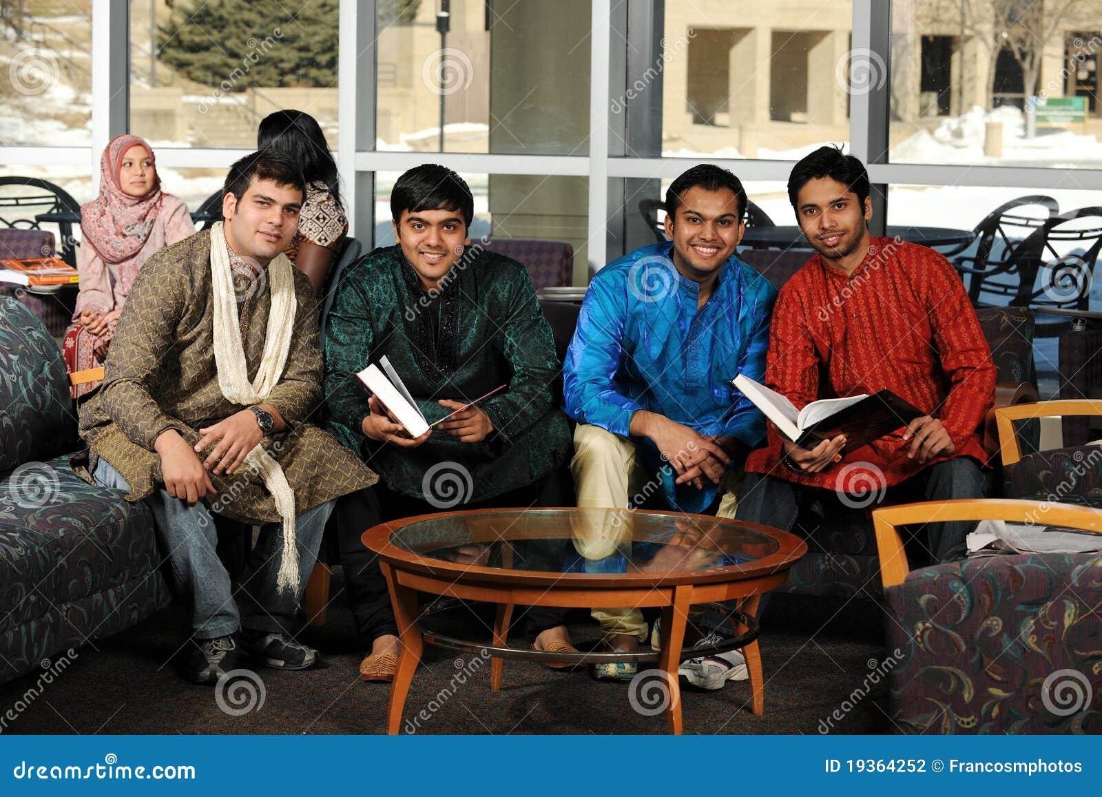 Grupo de estudantes universitários diversos