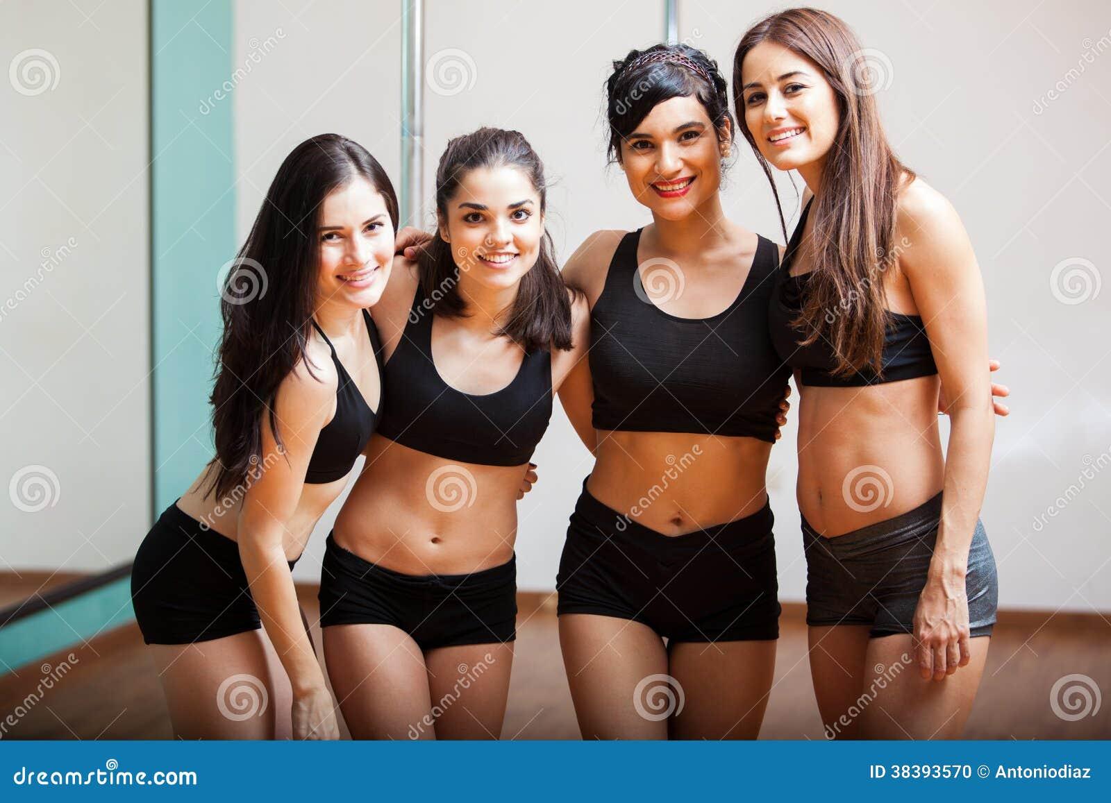 Grupo de estudiantes de la danza del polo