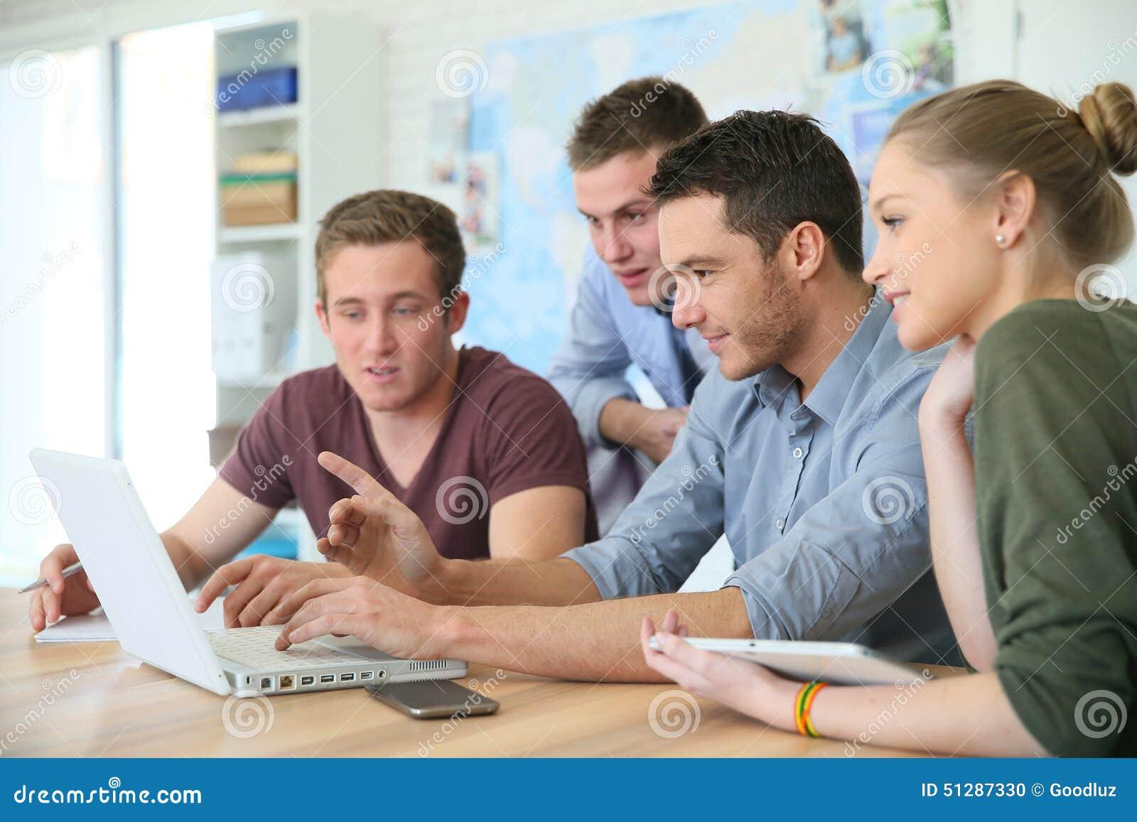 Grupo de estudiantes durante el entrenamiento del negocio