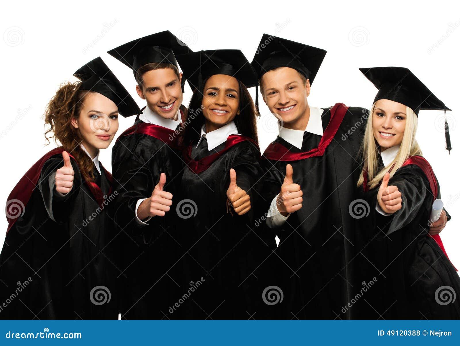 Grupo de estudiantes jovenes graduados