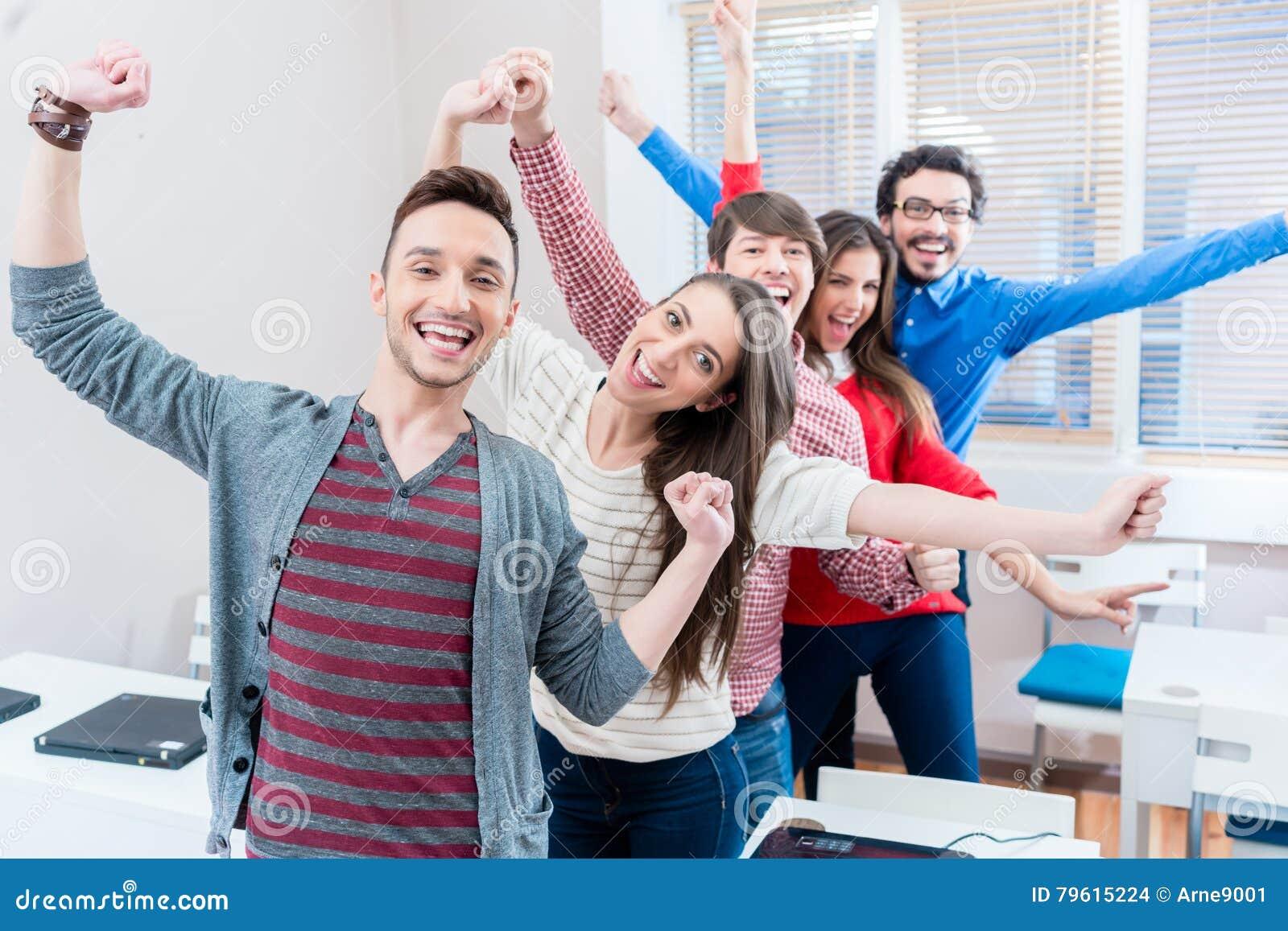 Grupo de estudiantes que se divierten en la universidad