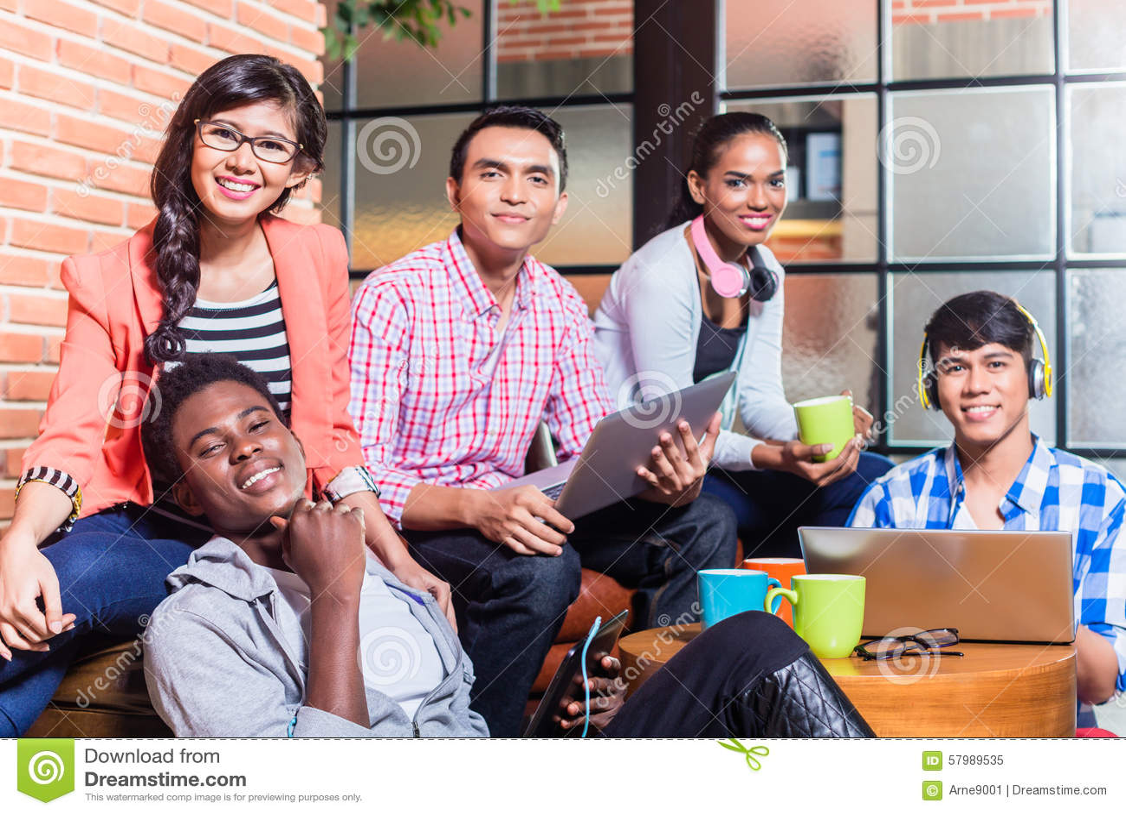 Grupo de estudiantes universitarios de la diversidad que aprenden en campus