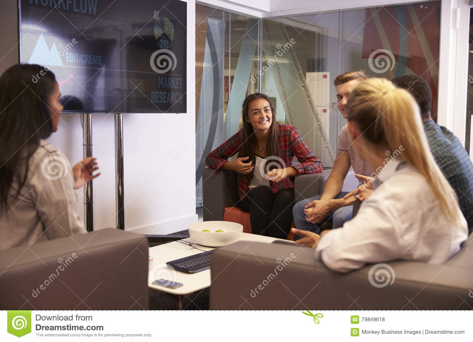 Grupo de estudiantes universitarios que discuten proyecto junto