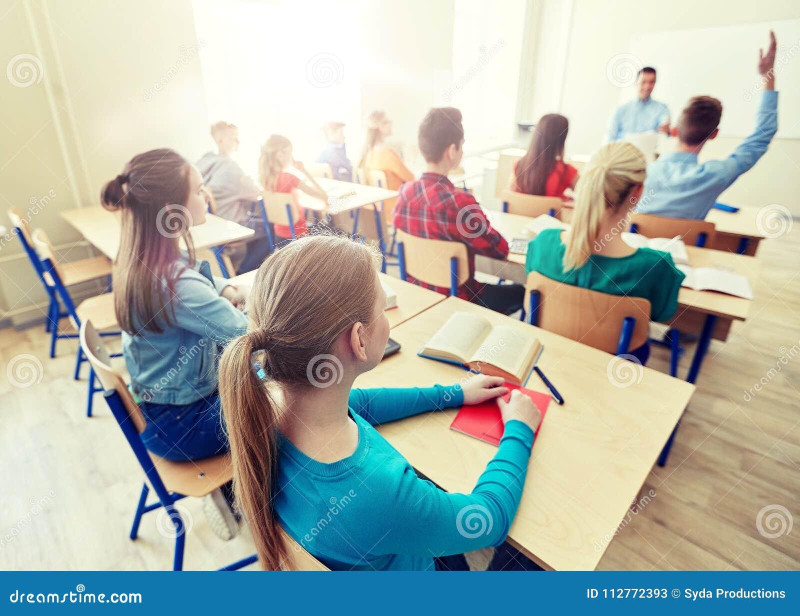 Grupo de estudiantes y de profesor de la High School secundaria