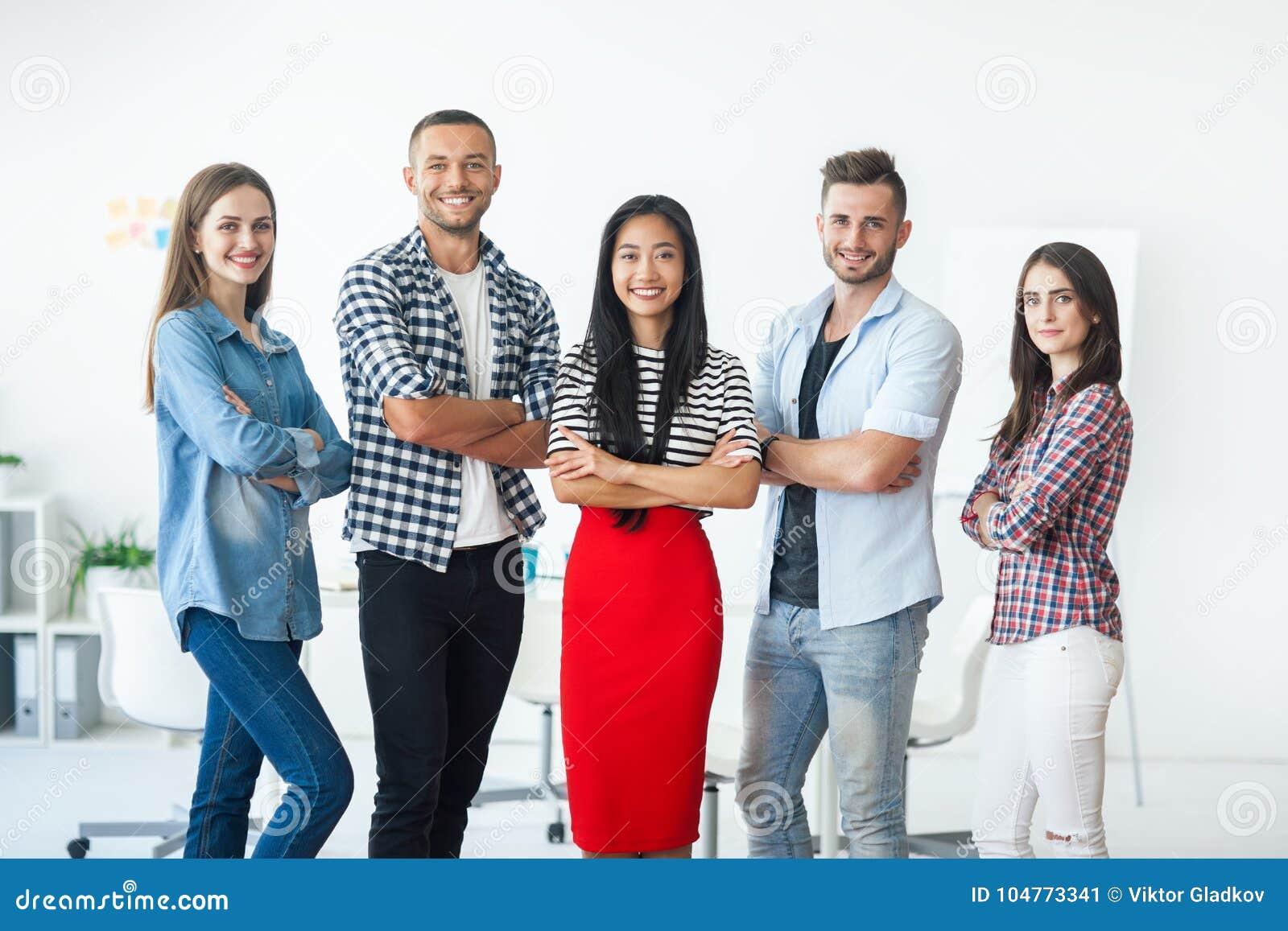 Grupo de executivos bem sucedido de sorriso com braços cruzados