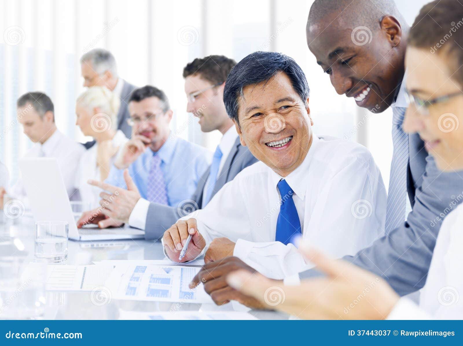 Grupo de executivos multi-étnico do encontro