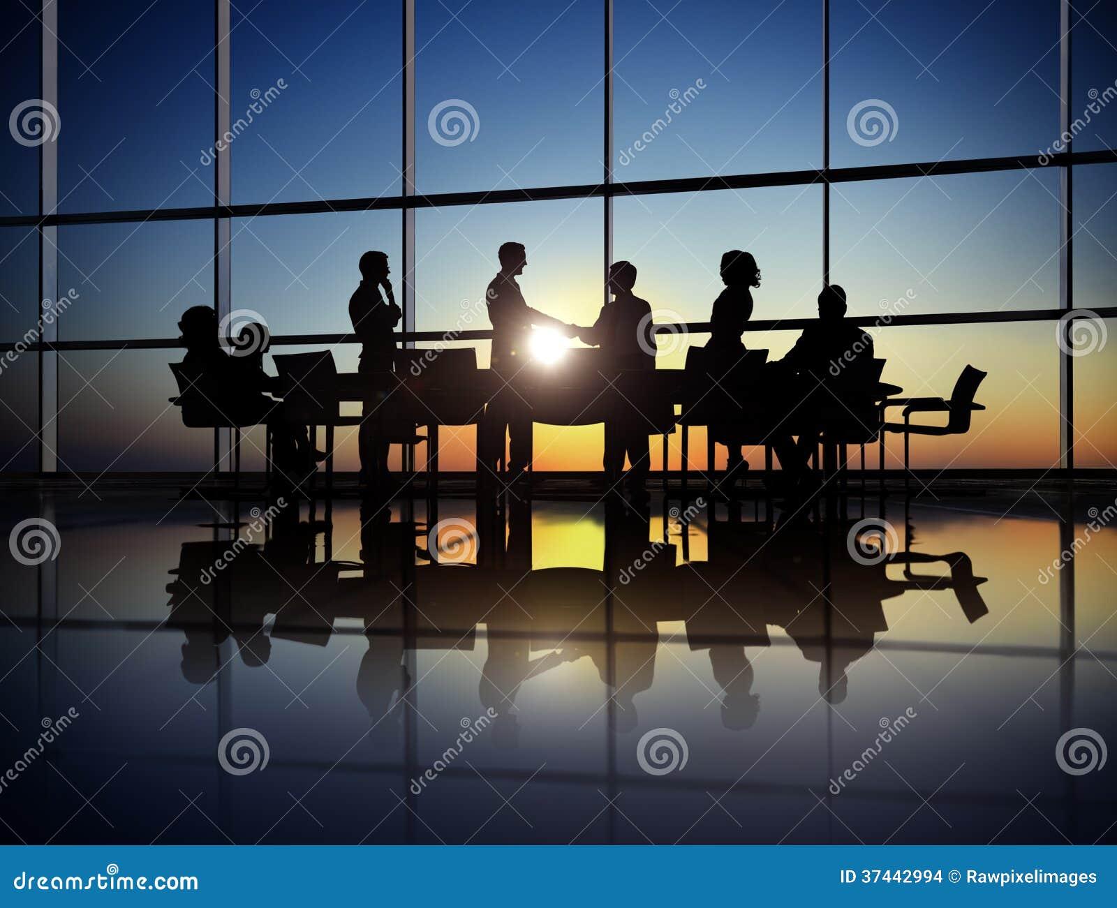 Grupo de executivos que concedem o acordo no escritório