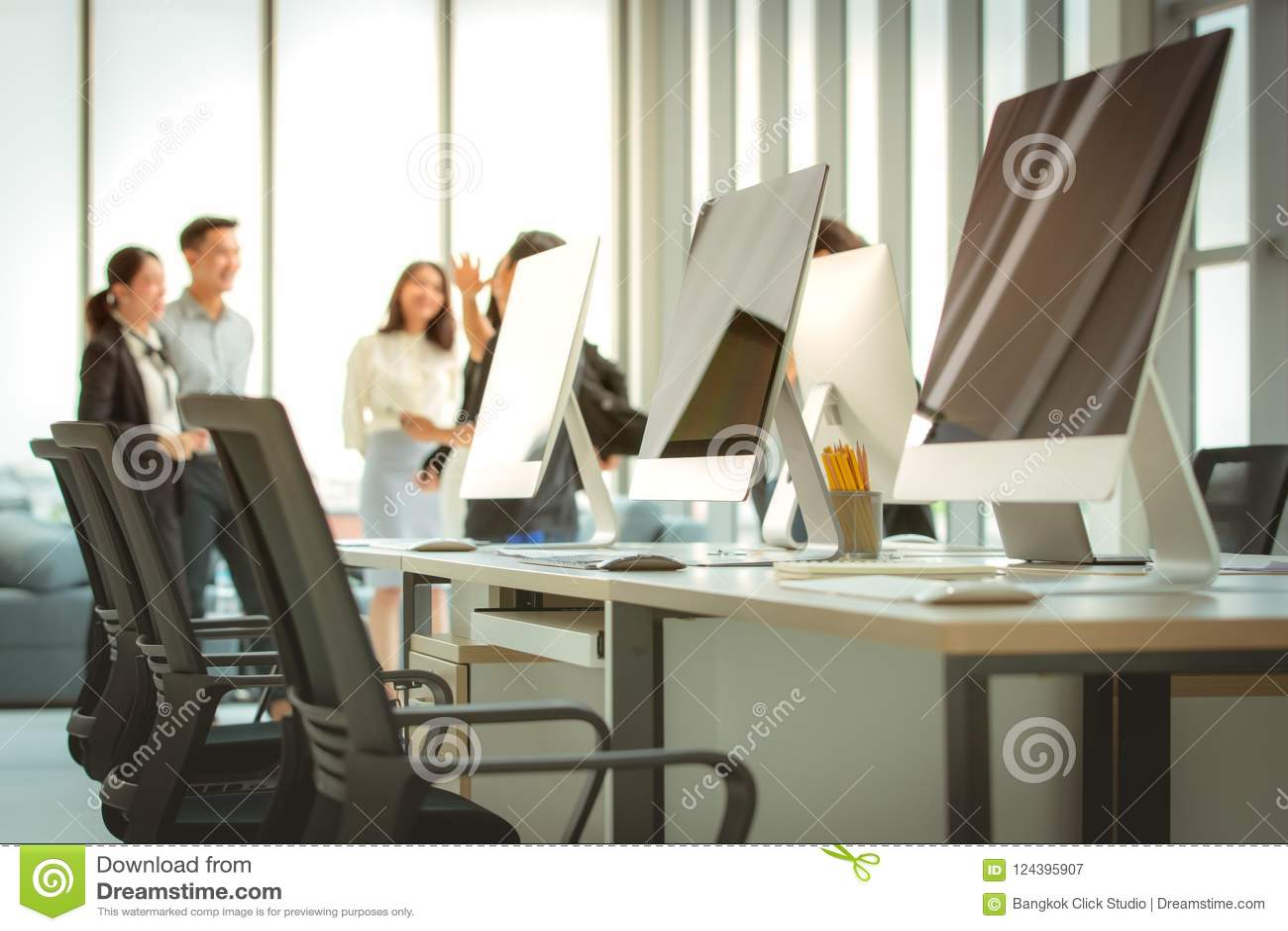 Grupo de executivos que encontram-se junto no escritório moderno T