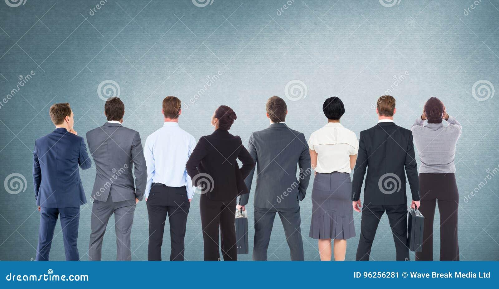 Grupo de executivos que estão na frente do fundo azul vazio