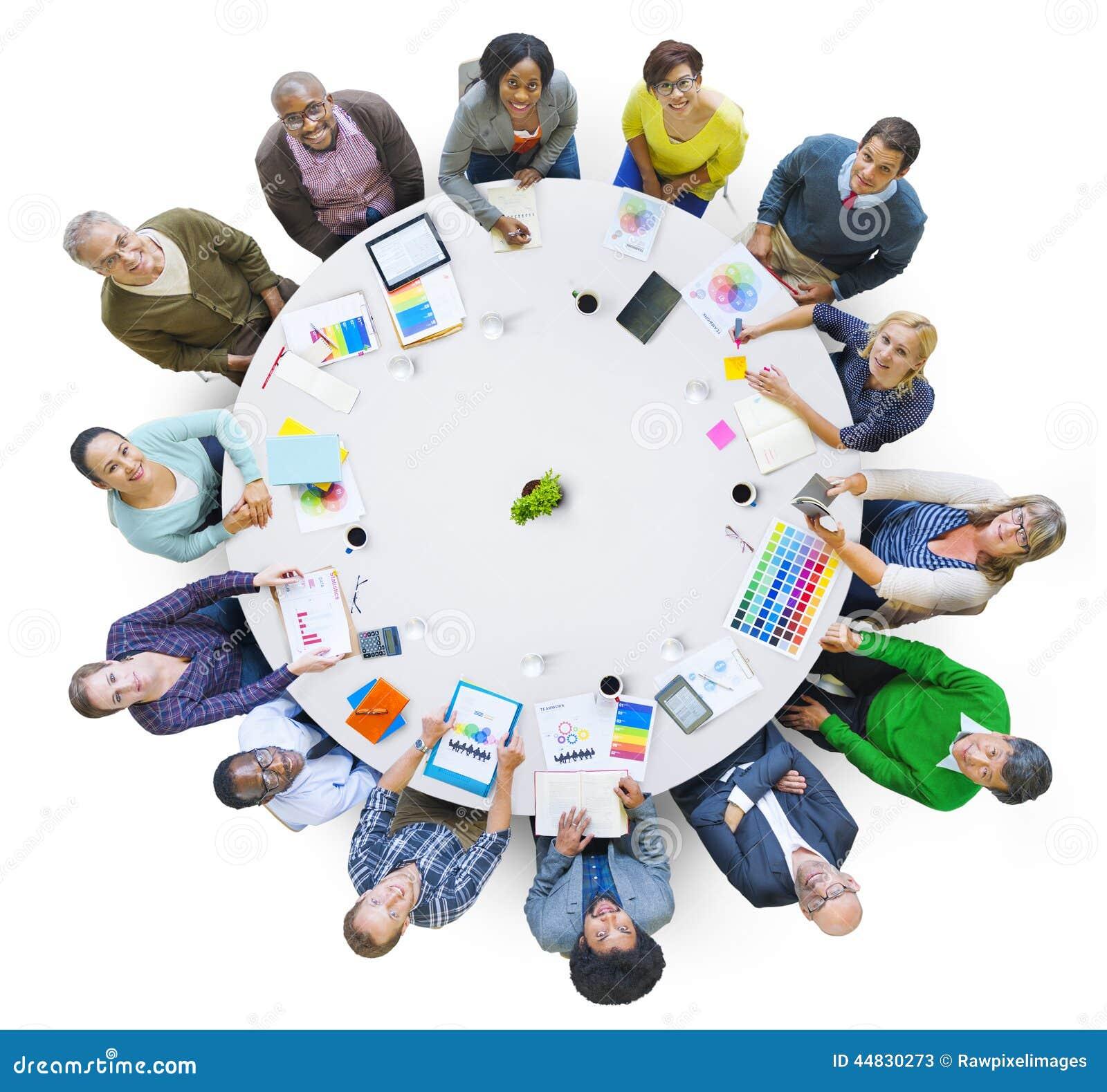Grupo de executivos que trabalham junto