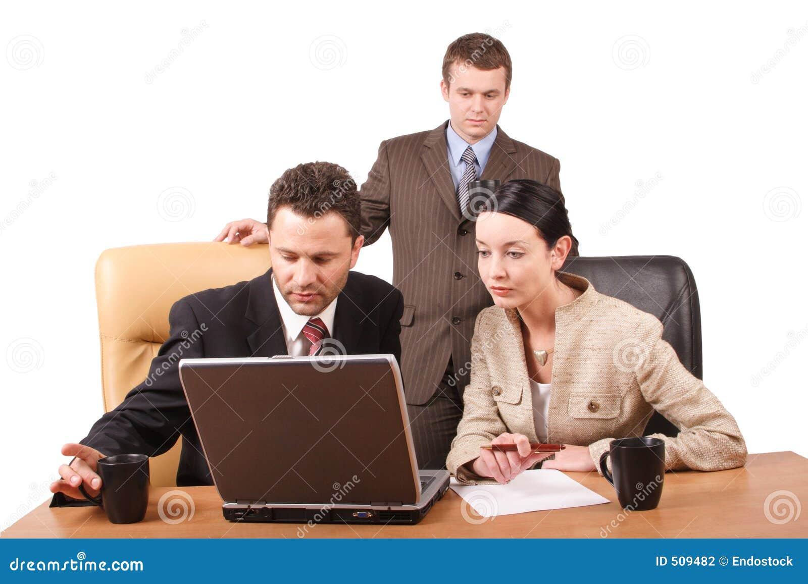 Grupo de executivos que trabalham junto com o portátil no escritório - horizontal, isolado