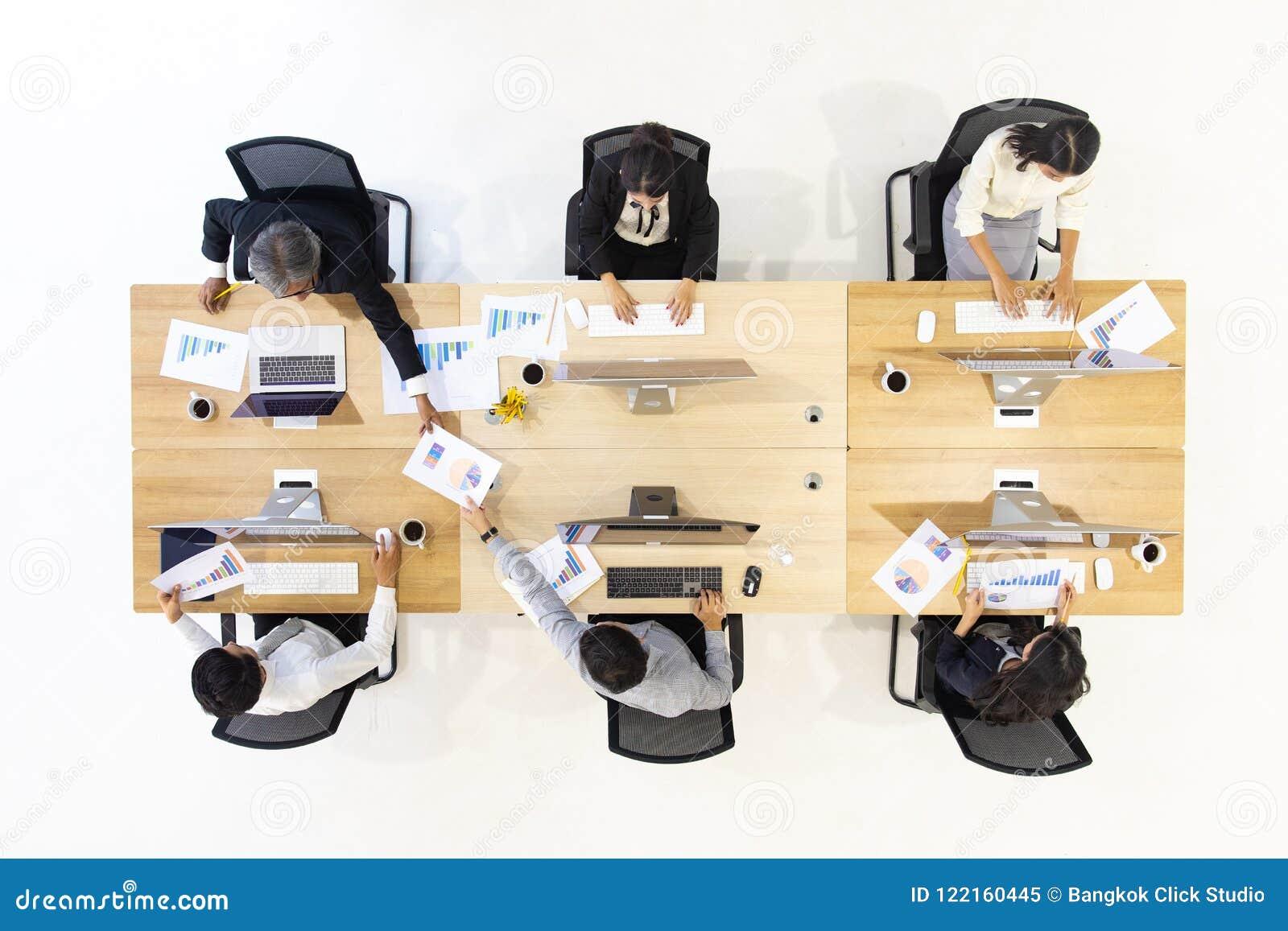 Grupo de executivos que trabalham junto no escritório moderno, m tak
