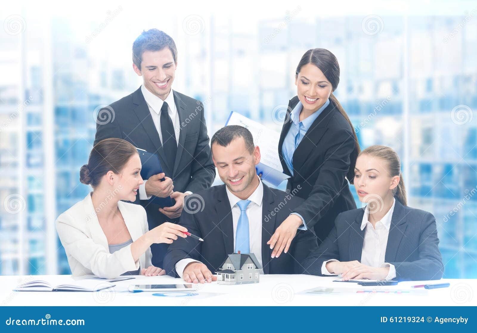 Grupo de executivos que trabalham no projeto novo