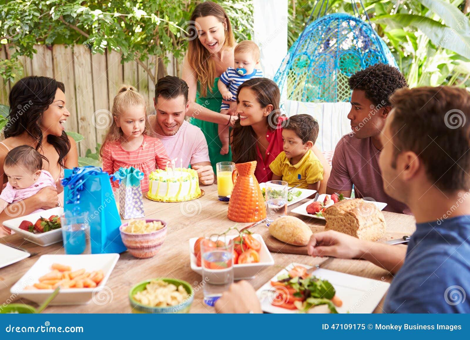 Grupo de familias que celebran el cumplea os del ni o en - Comida de cumpleanos en casa ...