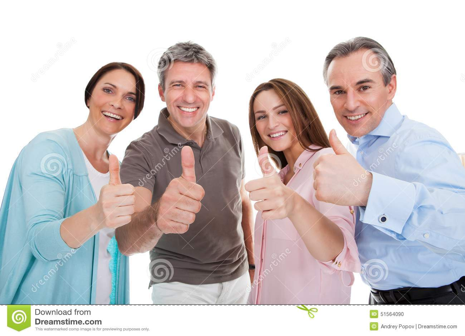Grupo de gente feliz que muestra el pulgar encima de la muestra