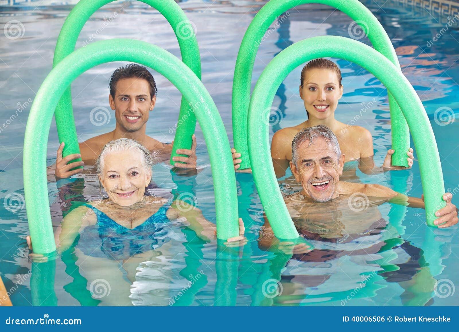 Grupo de gente mayor con nadada