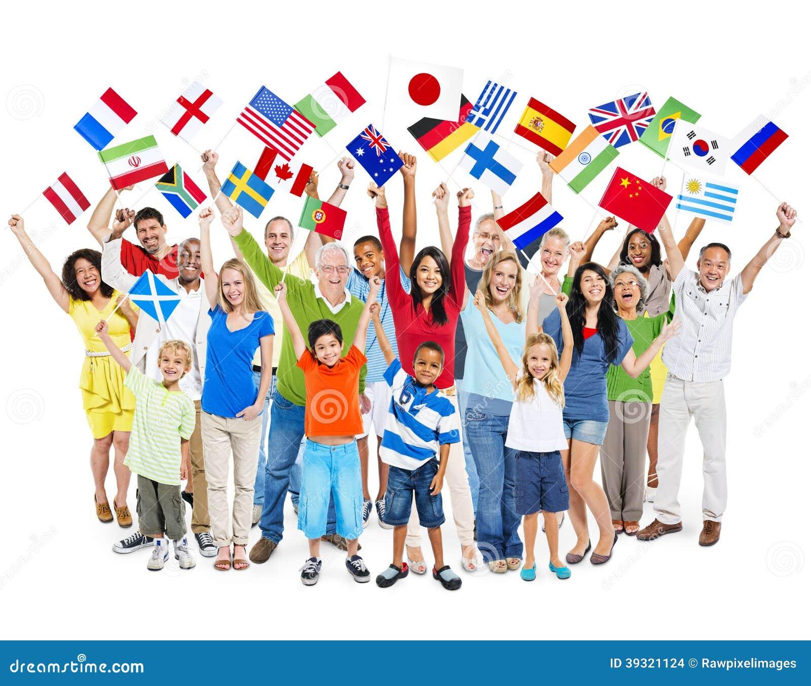 Grupo de gente mezclada diversa de la edad que celebra