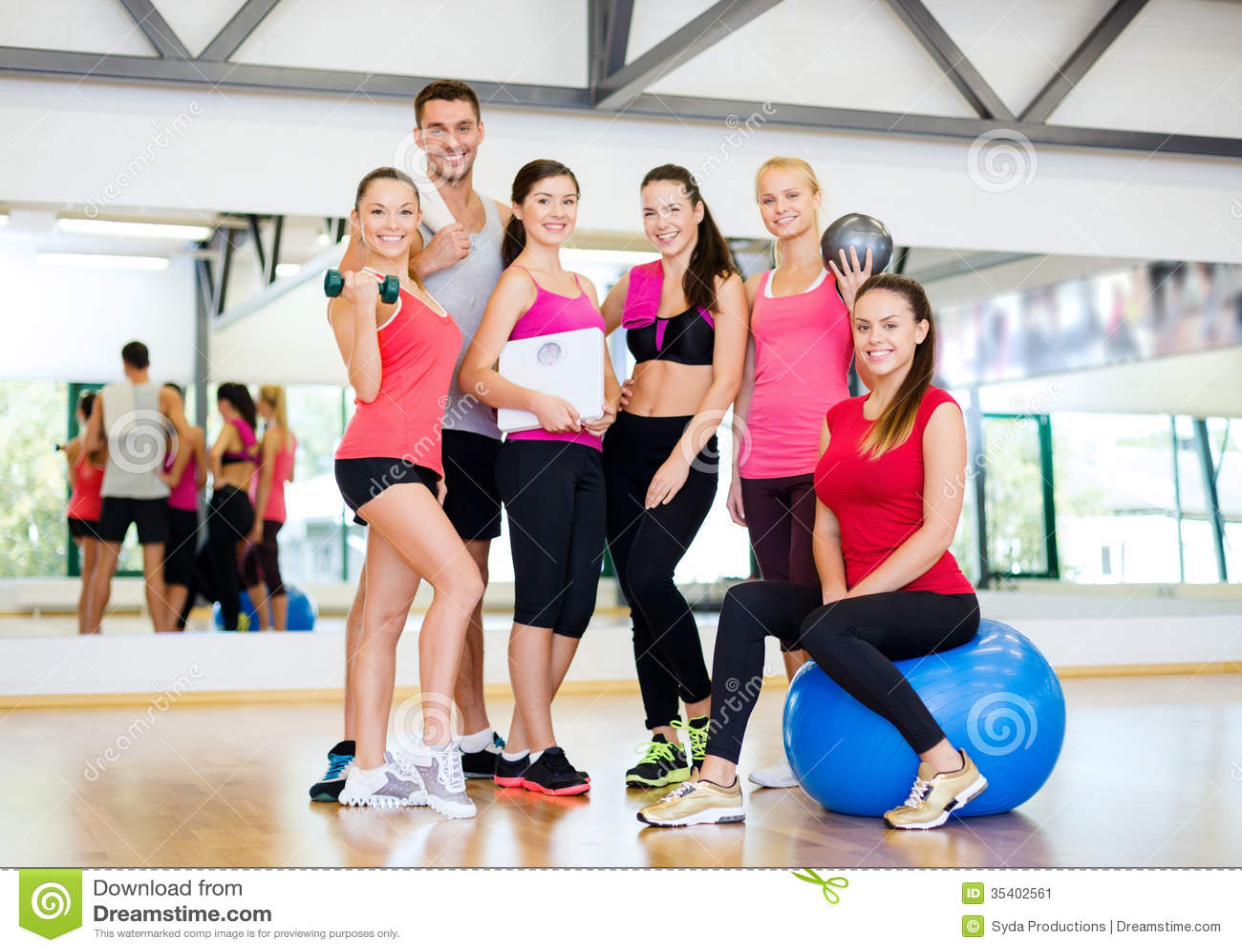 Grupo de gente sonriente en el gimnasio imagen de archivo for En el gimnasio