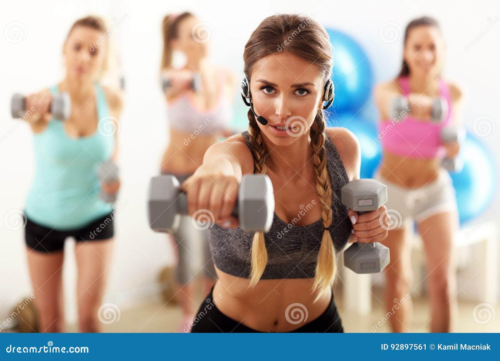 Grupo de gente sonriente que hace aeróbicos