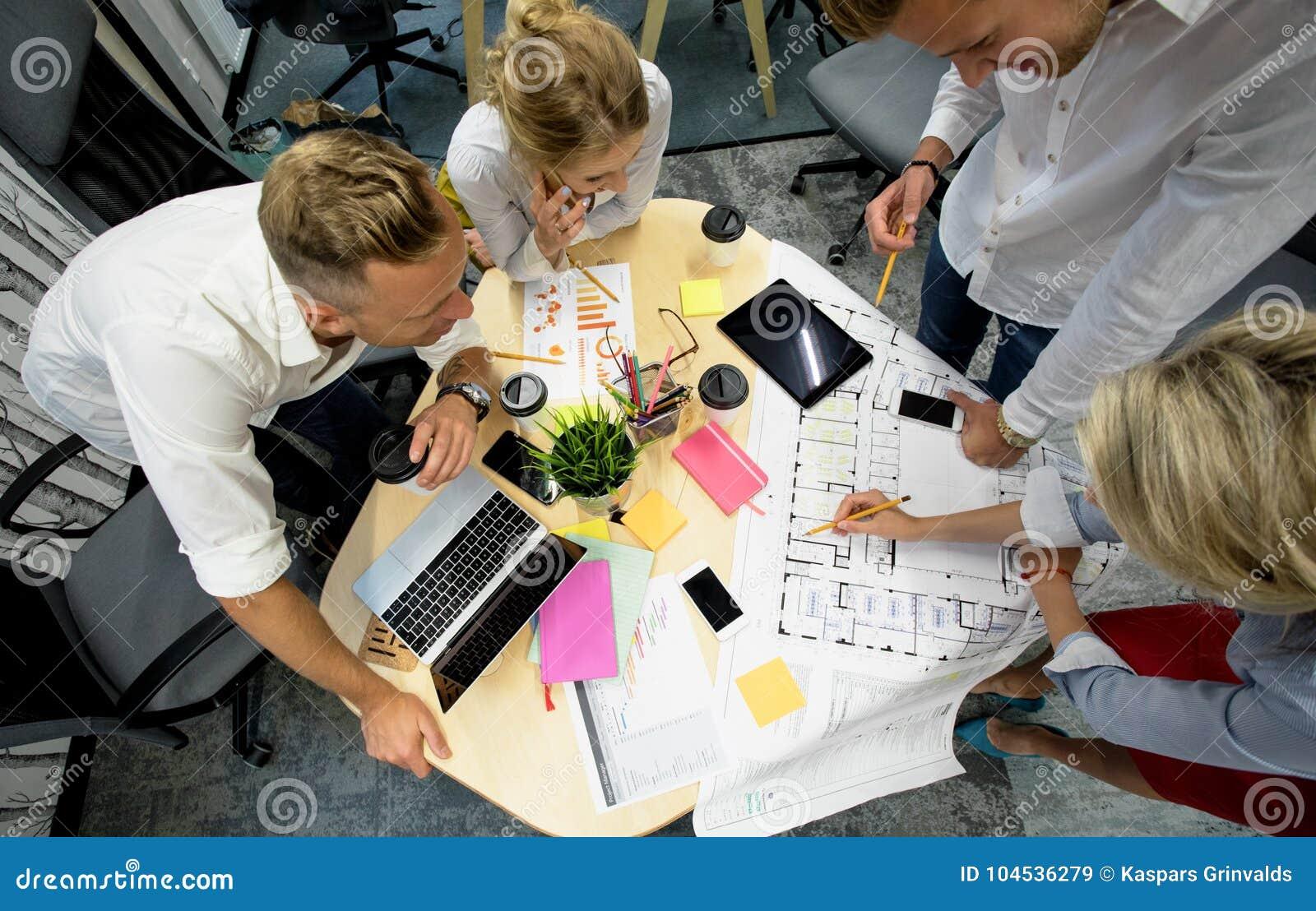 Grupo de gestores de projeto em torno da tabela