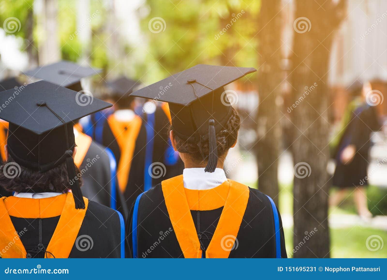 Grupo de graduados durante o come?o Felicita??es da educa??o do conceito na universidade