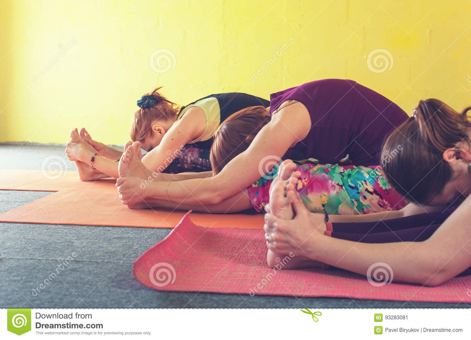 Grupo De Hembras Que Practican Yoga En Clase Imagen de archivo ...