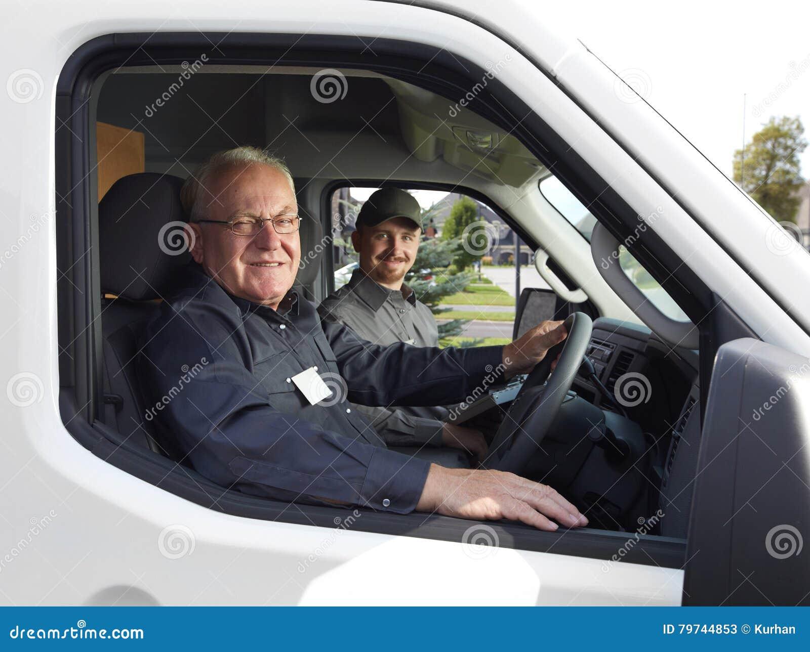 Grupo de hombre de entrega en un coche