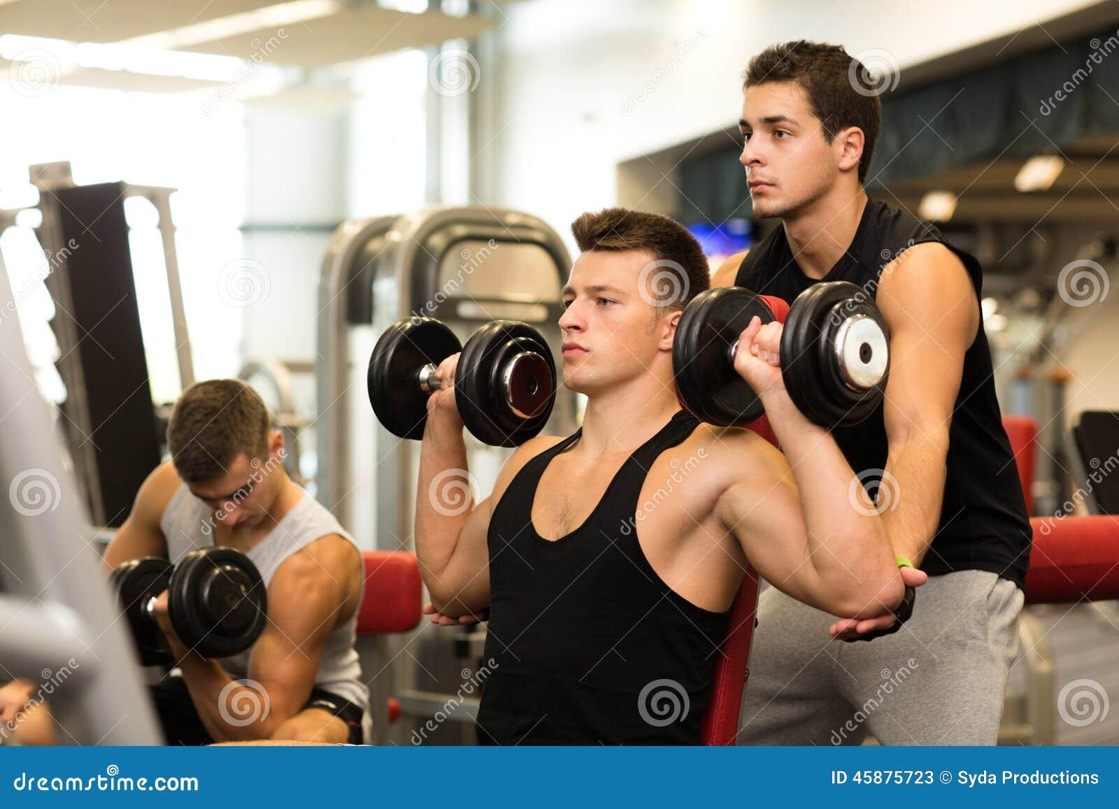 Grupo de hombres con pesas de gimnasia en gimnasio imagen - Imagenes de gimnasio ...