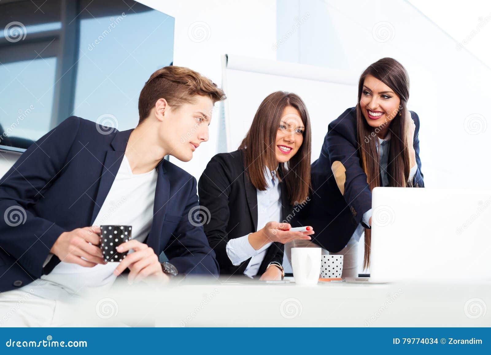 Grupo de hombres de negocios jovenes felices en una reunión en la oficina